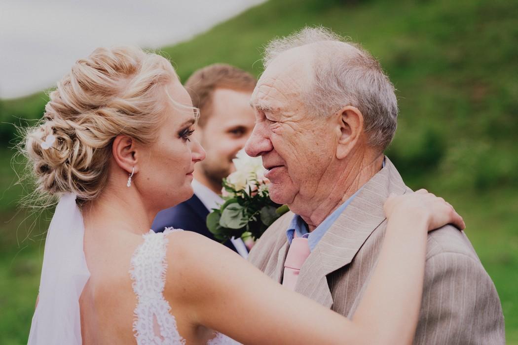 dojatý dědeček od nevěsty
