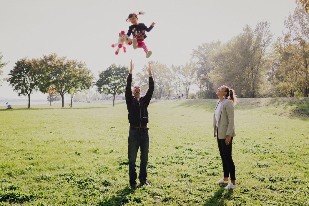 Rodice si hraji se svou dcerou.