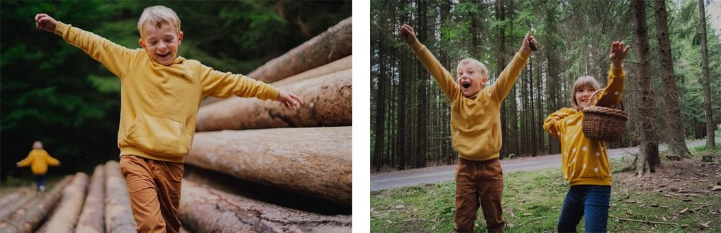 Bratr si hraje se sestrou v lese.