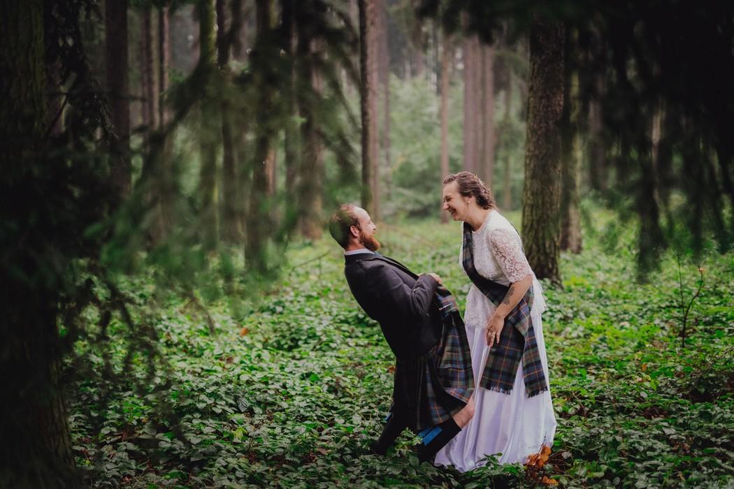 Zenich zertuje s nevestou v lese pri Olomouci.