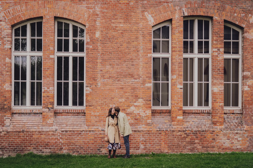 Snoubenci pred cihlovou budovou ve Vitkovicich.