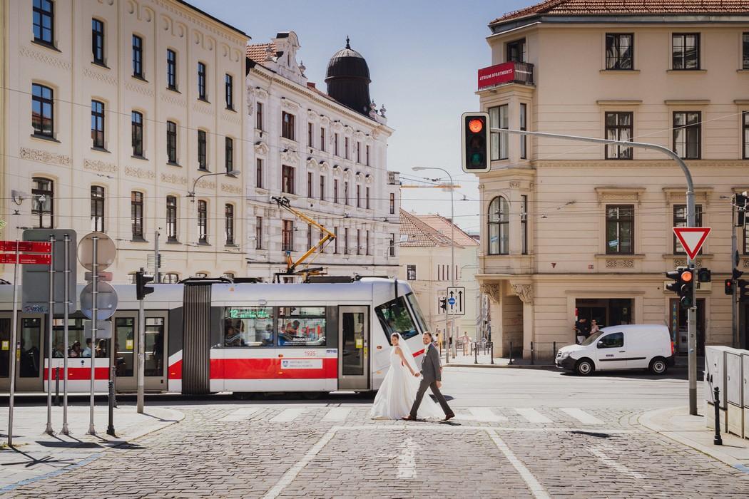 Novomanzele kracejici cez prechod na Silingrovom namesti v Brne.