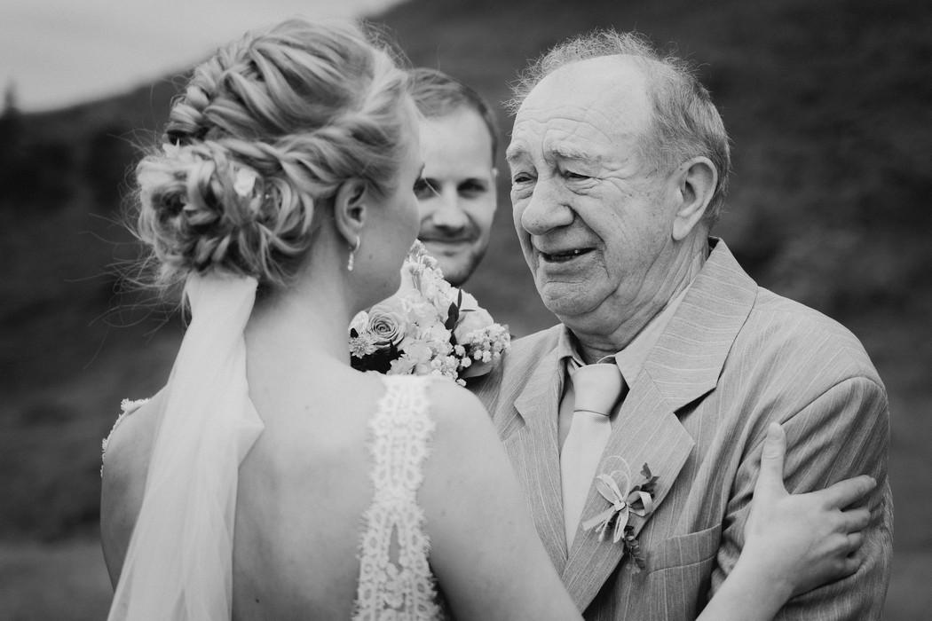dedecek gratuluje vnucce na valasske svatbe