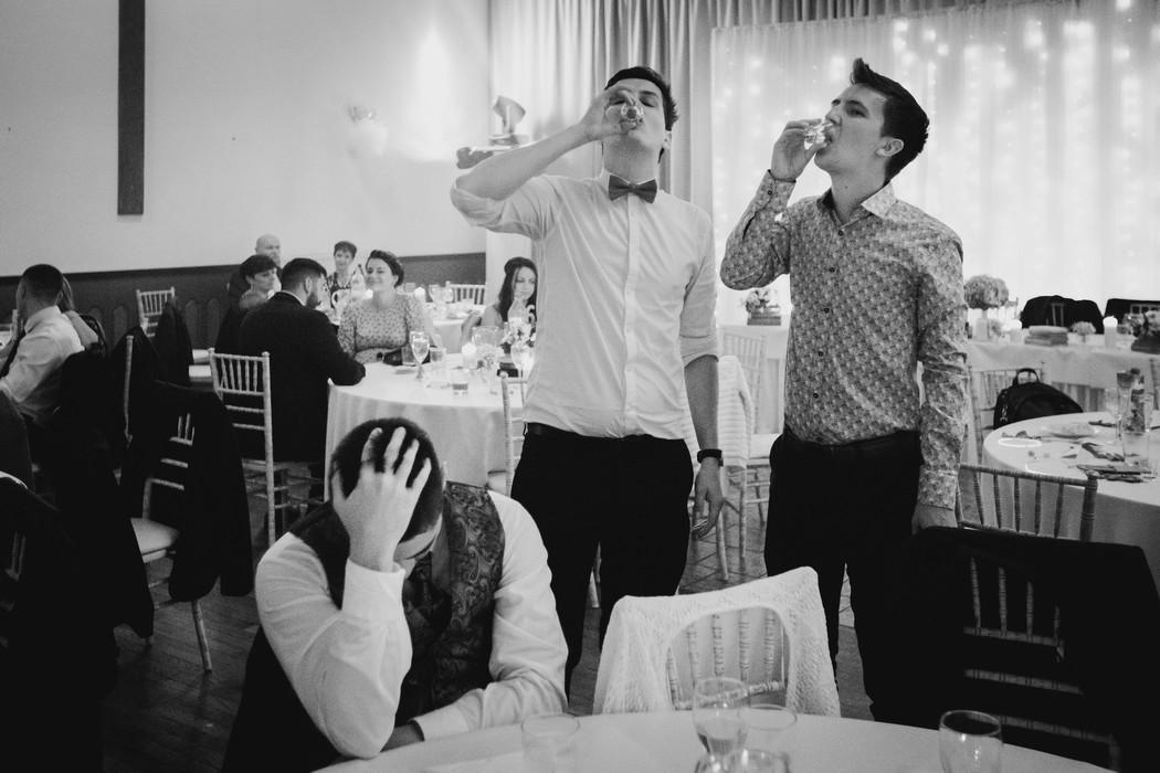 Druzbove piji slivovici na slovenske svatbe.