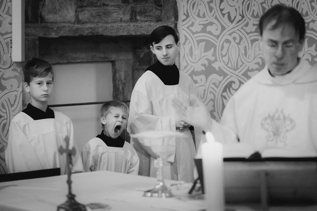 Znudeni ministrant na svatebnim obrade v Caslavi.