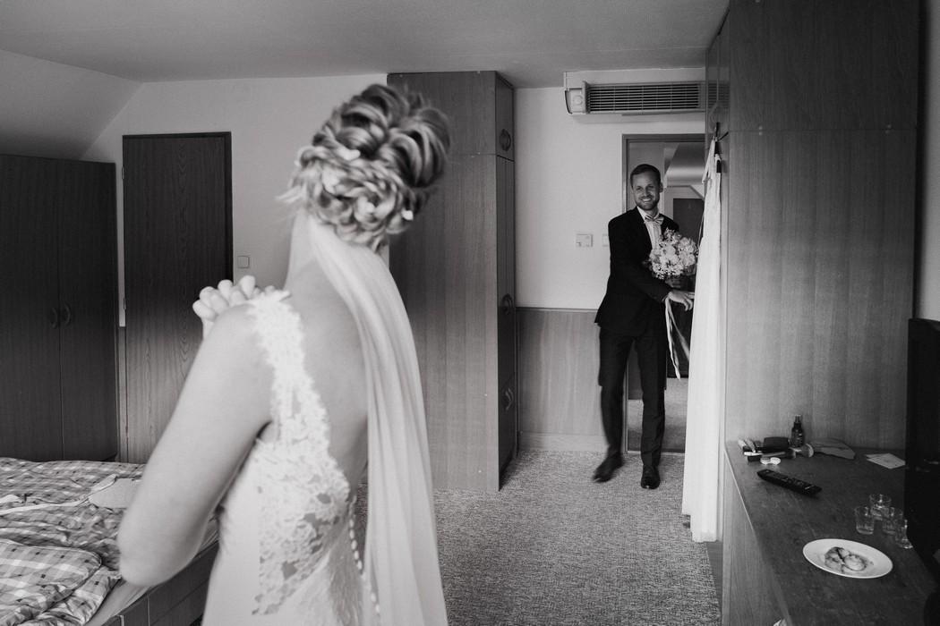 Zenich vstupuje do izby a poprve spatruje svou nevestu.