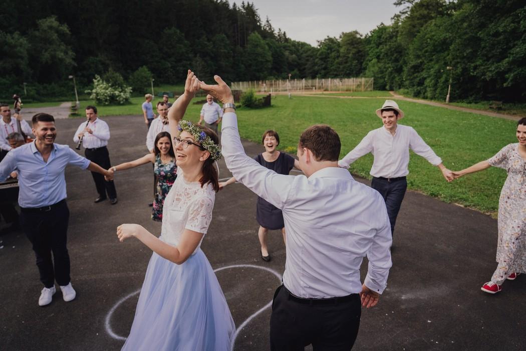 Novomanzele spolu tanci na hristi svuj prvni tanec.