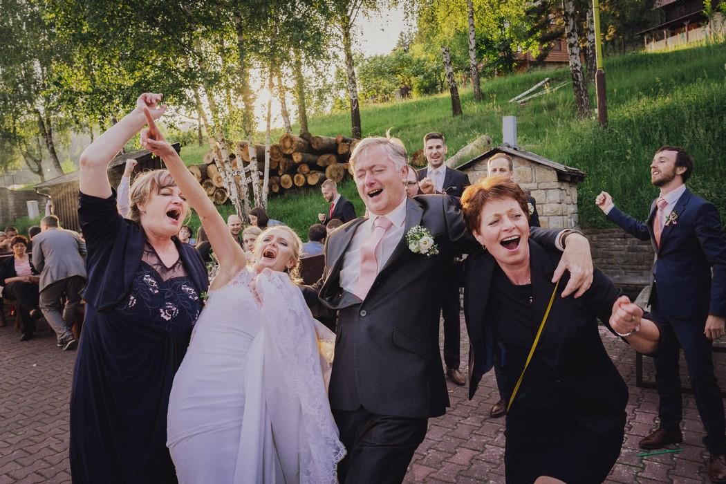 Svatebcane tanci na parkete u koliby Cecher na Rusave.