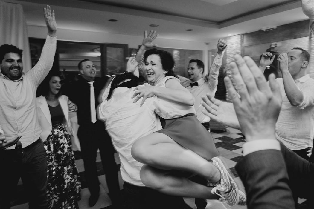 Hoste tanci pri svatebnic veselce.