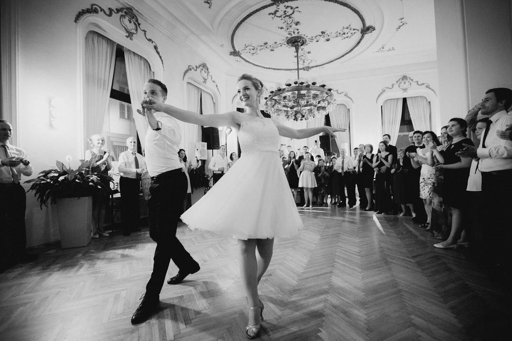 Zenich tanci s nevestou prvni tanec.