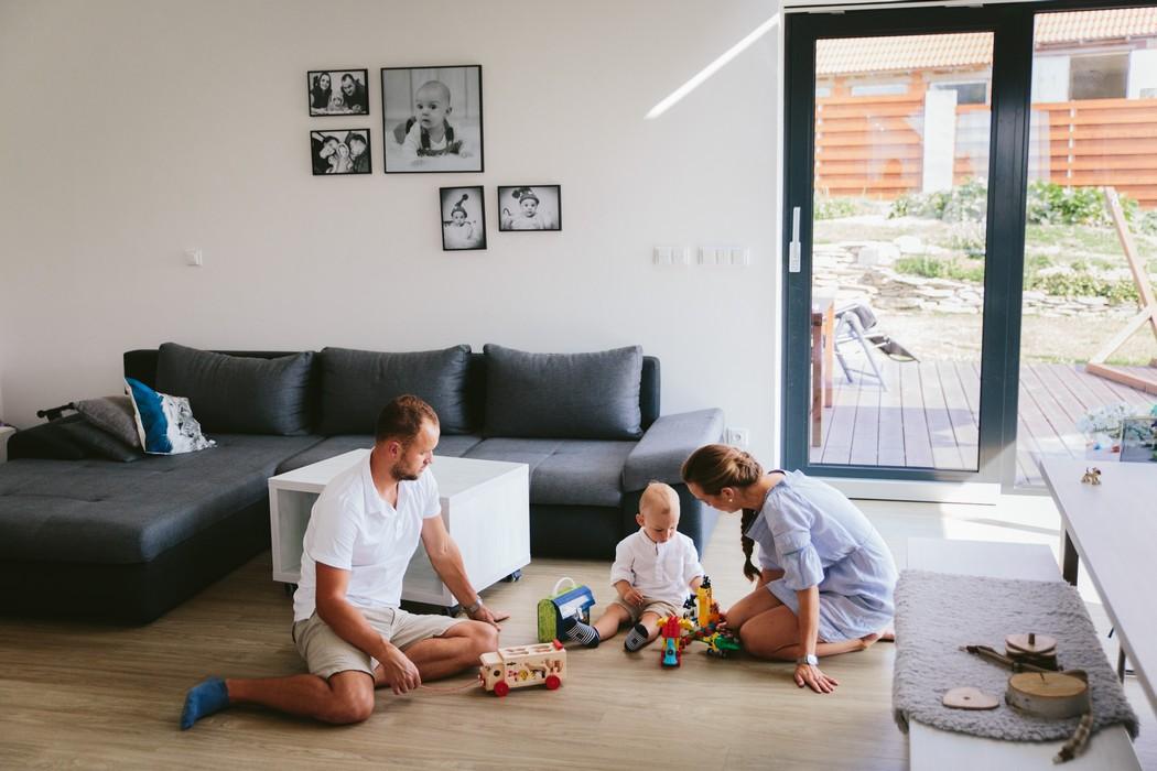 snúbenci sa hrajú so svojim dieťaťom