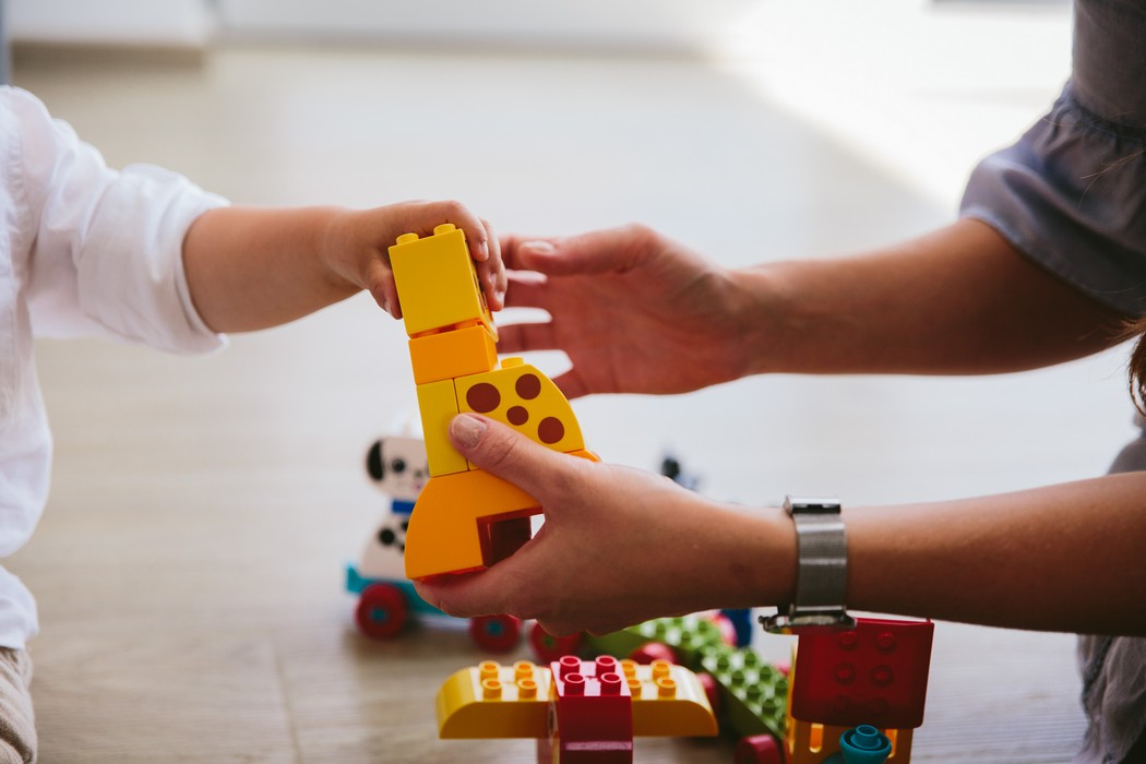 záber na ruky držiace lego