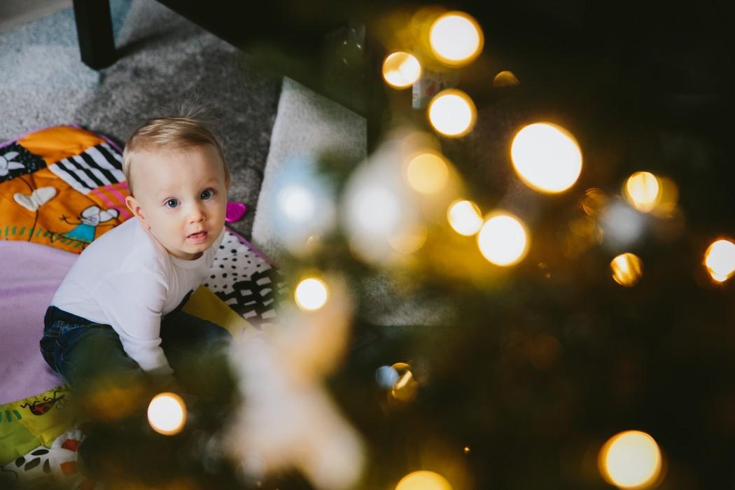 dítě s vánočním stromkem