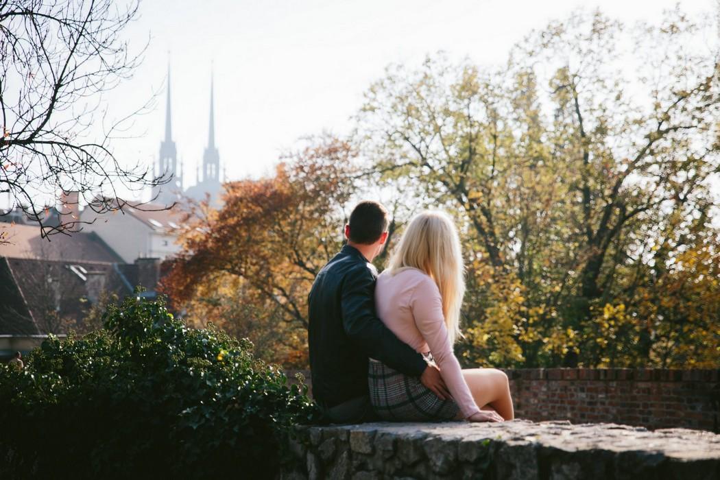 snoubenci se dívají na dívají na katedrálu v Brně