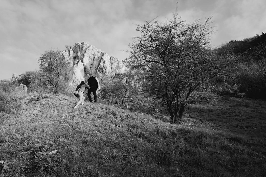 pár kráčí do kopce na Pálavě