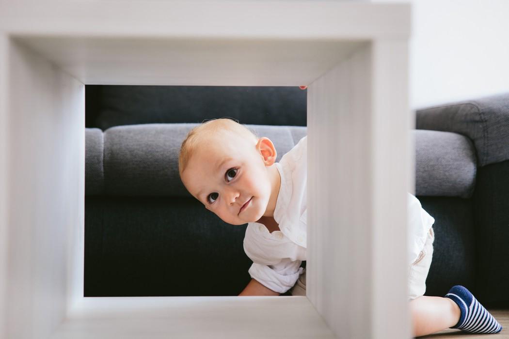 dítě se dívá skrze stůl