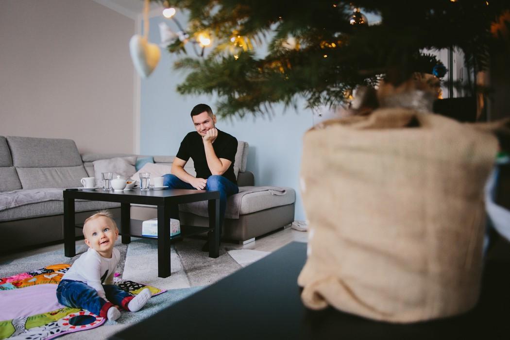 dítě tatínek a vánoční stromek