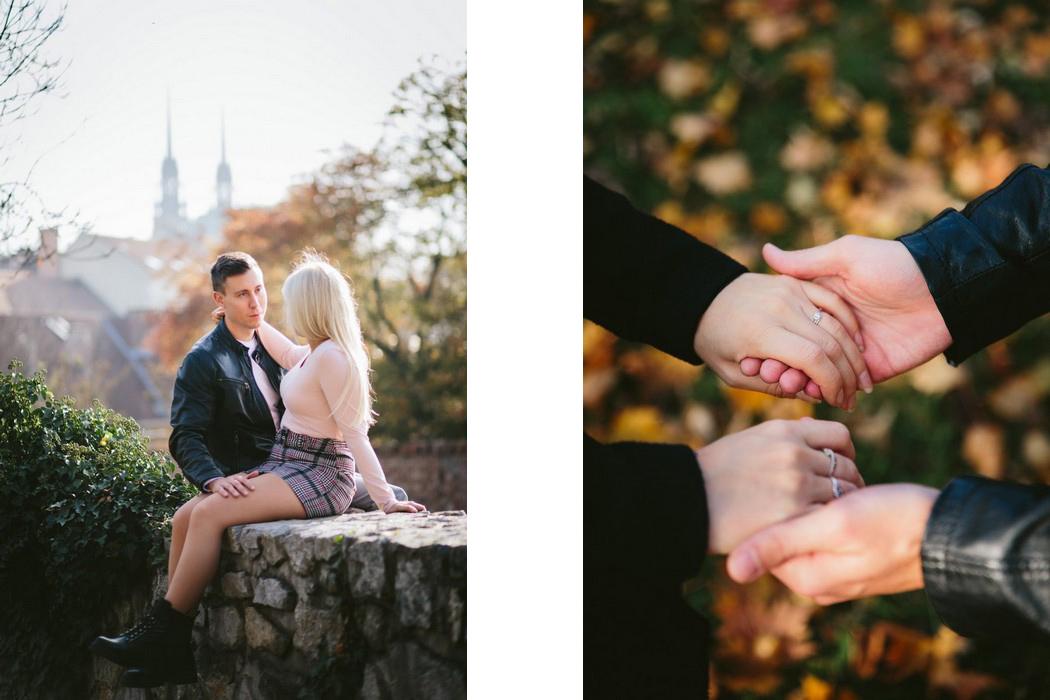 Zamilovaná dvojice sedící na Špilberku