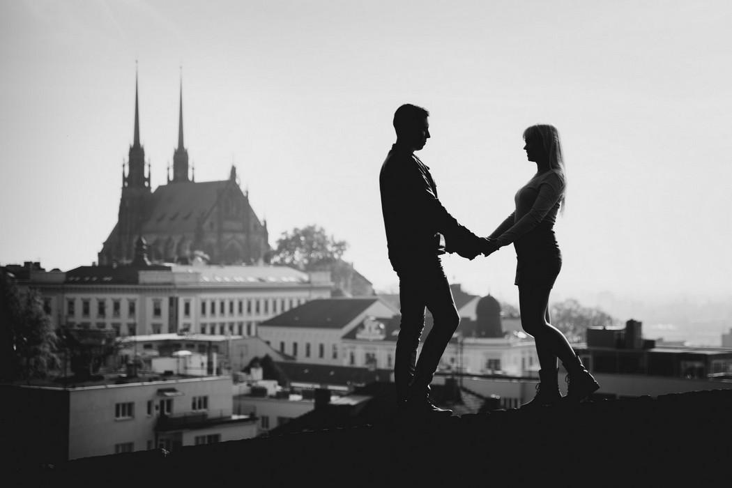 Silueta snoubenců s výhledem na Brno