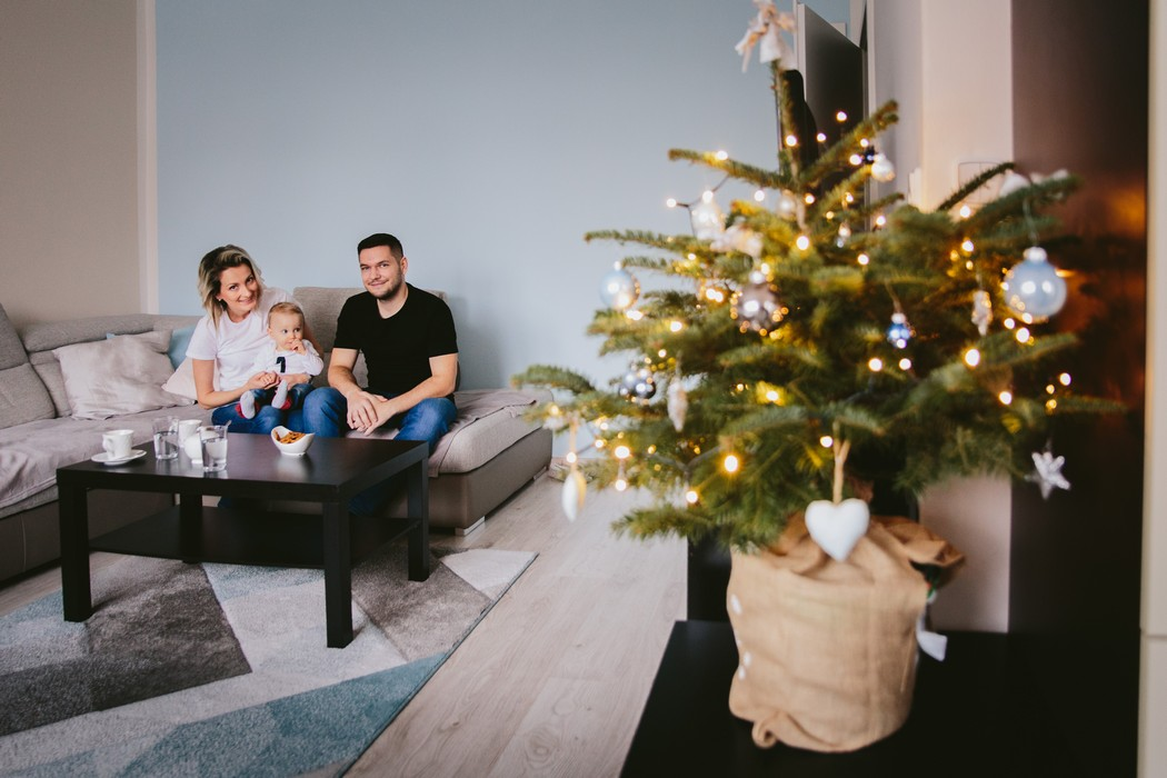Rodinka za stolem a vánoční stromek