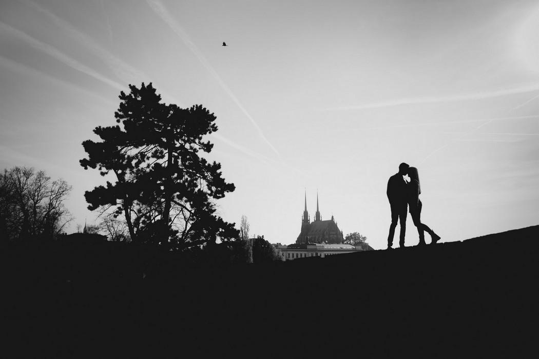 Silueta snoubenců s brněnskou katedrálou na pozadí
