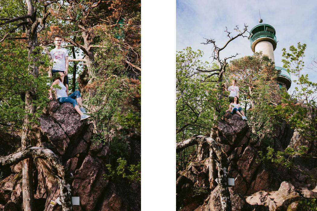 snoubenci pózují na skalách