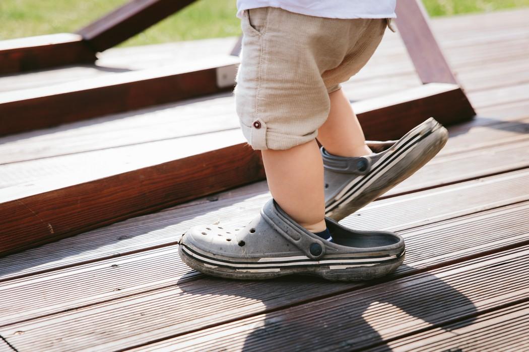 záběr na nohy dítěte