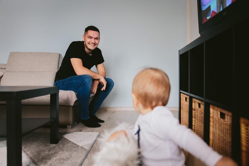 Tatínek se usmívá na synka