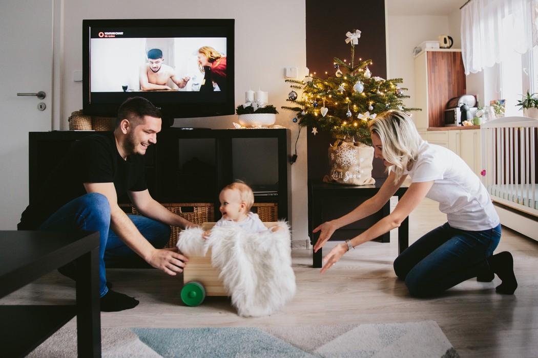 Máma s tátou si hrají s dítětem