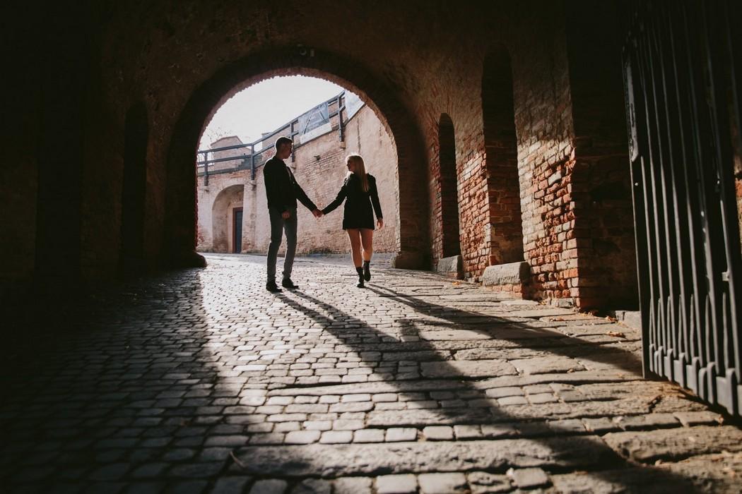 Silueta zamilovaného páru ve dveřích hradu Špilberk
