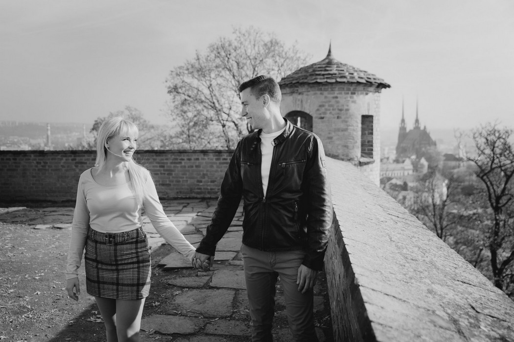 Snoubenci se procházejí po hradu Špilberk v Brně