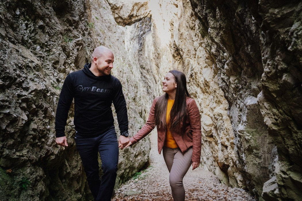 Kráčejíci snoubenci s pálavskými skálami v pozadí
