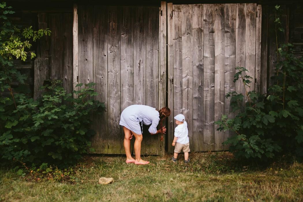 maminka se synem nakukují do stodoly