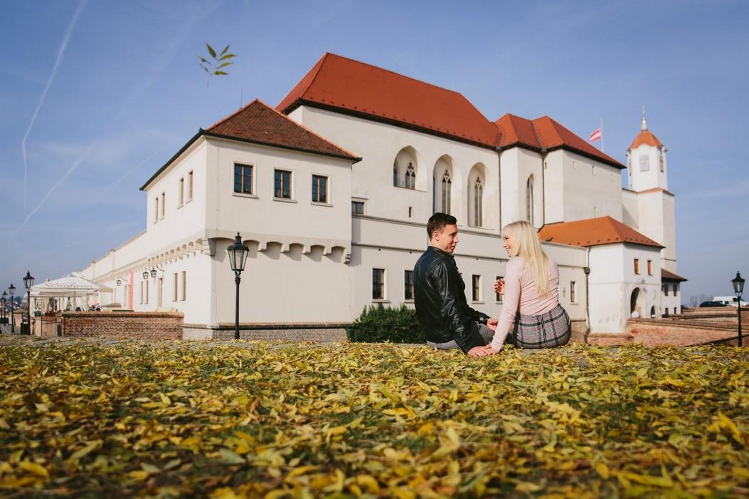 Snoubenci sedí v listí na hradě Špilberk