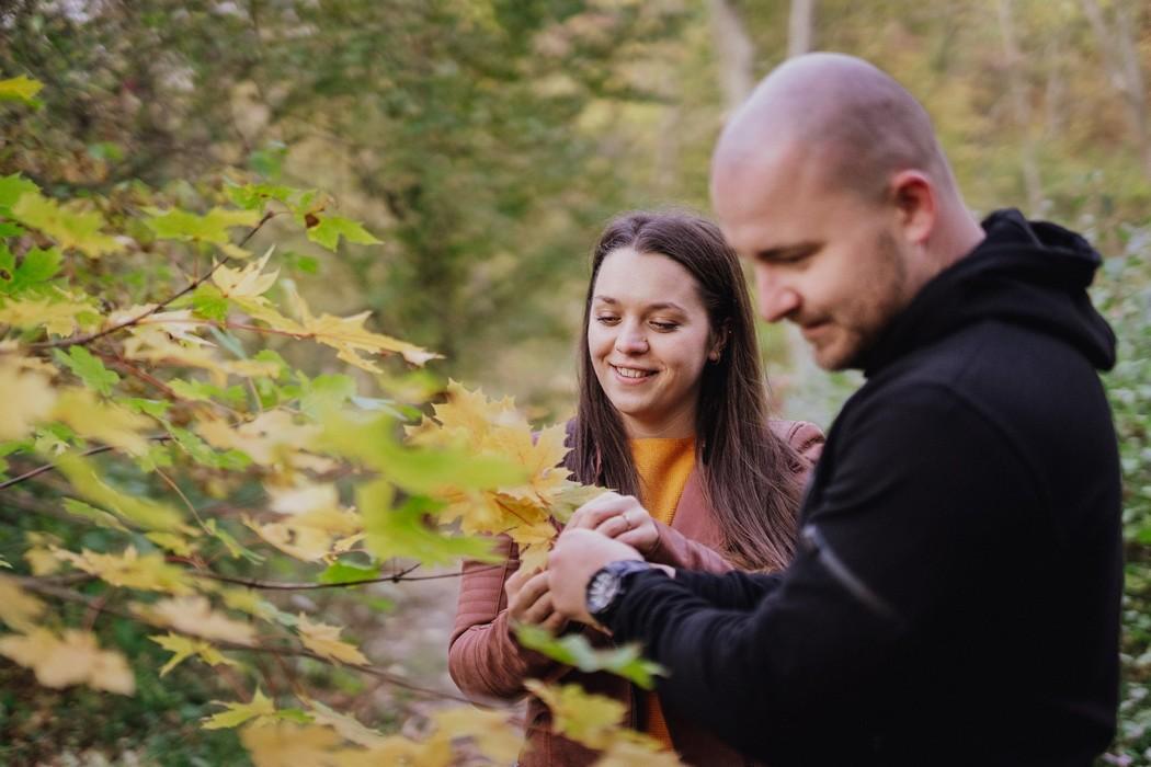 Snoubenci trhají listí