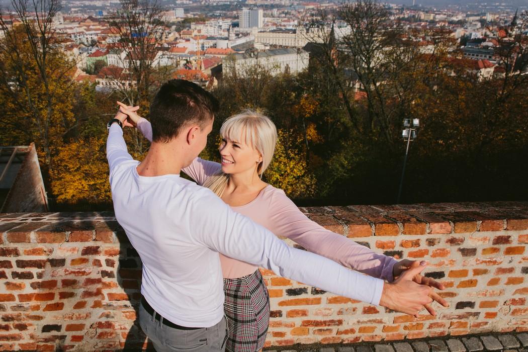 Snoubenci s vyhlídkou na Brno