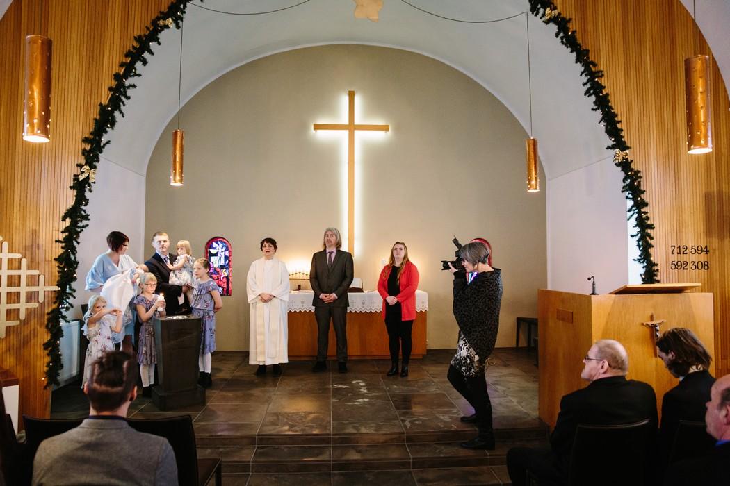 Záběr na olář a lidi v kostele