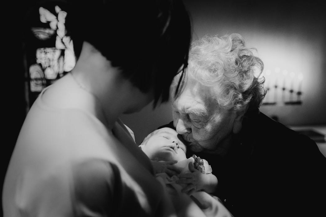 Babička dává pusu vnoučeti