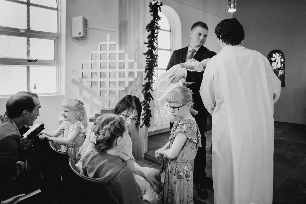 Rodina diskutuje v kostele před křtem