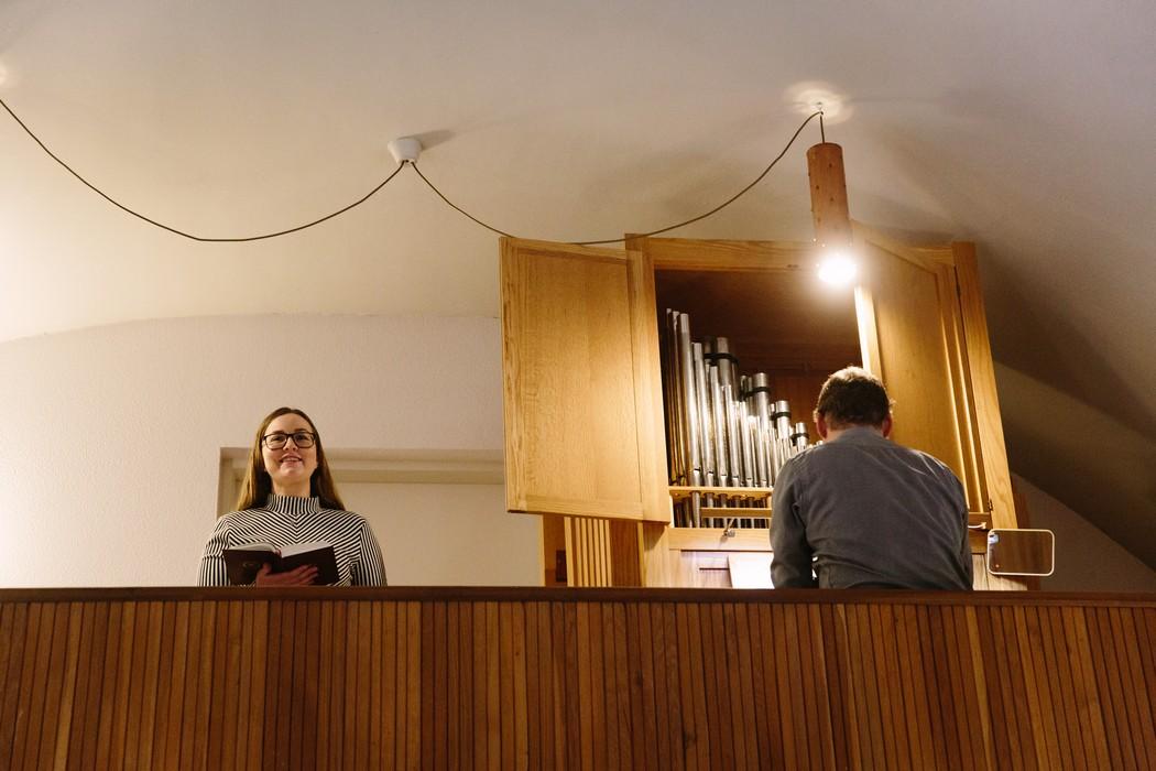 spěvačka v kostele