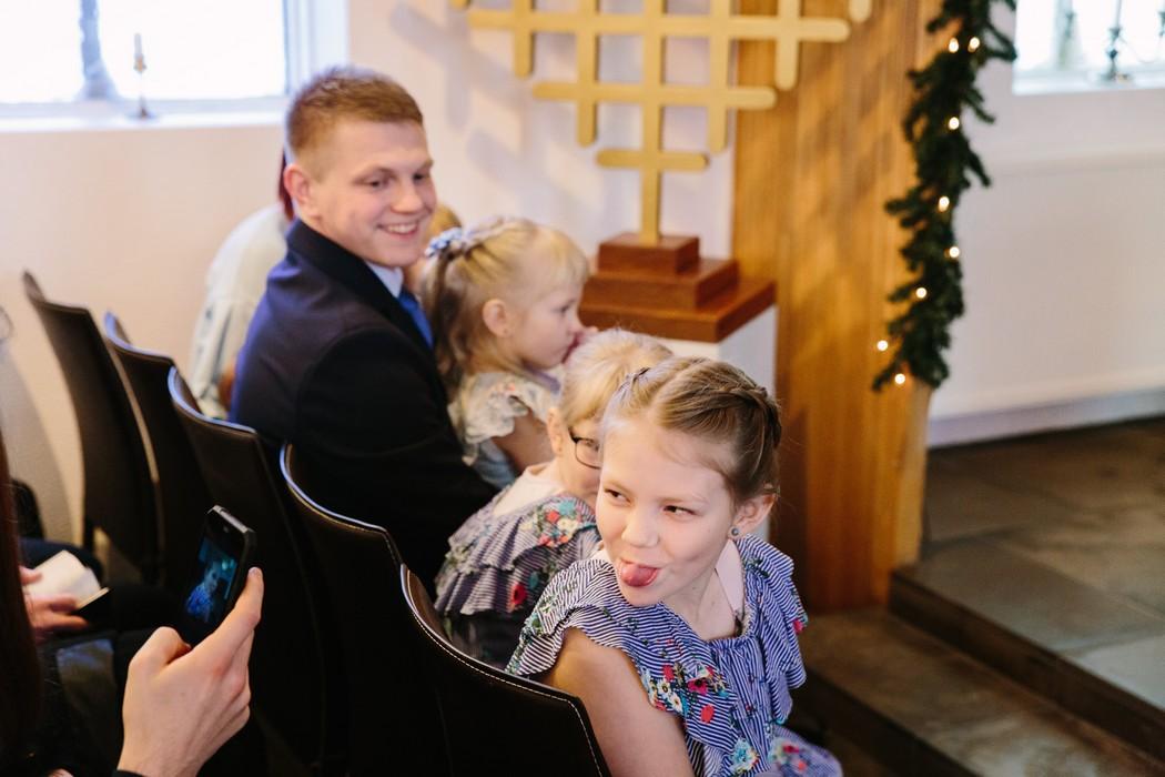 Rodina sedí v kostele
