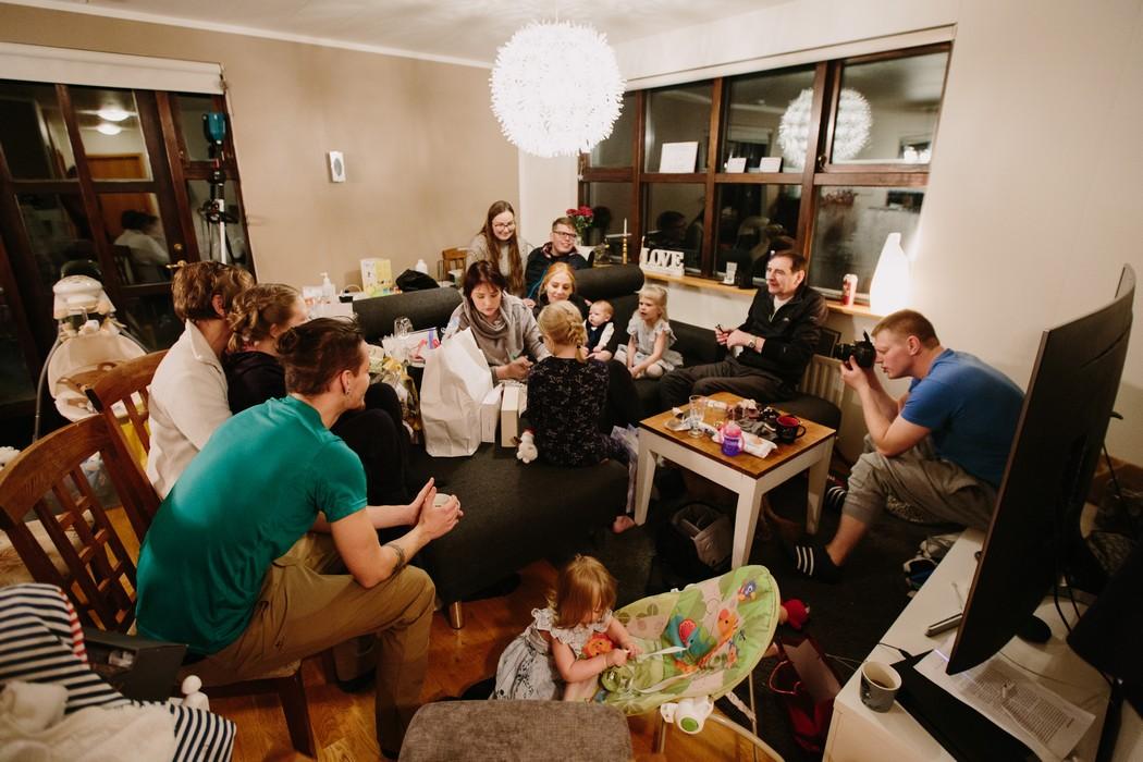 Rodina sedí doma v obývačce