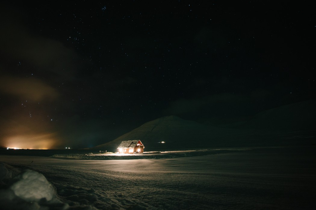 Záběr na noční islandskou krajinu