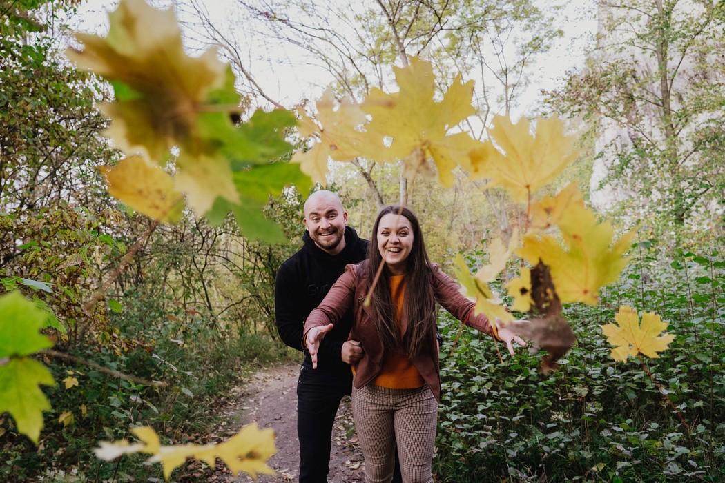 Snoubenci v lese háží listím