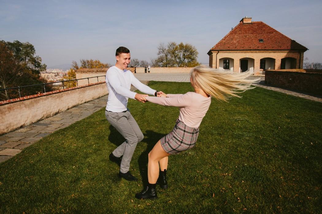 Snoubenci dovádějí na hradě Špilberk
