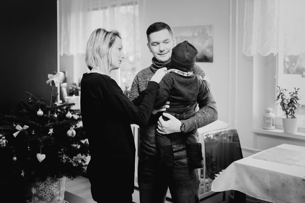 Máma s tátou oblékají dítě