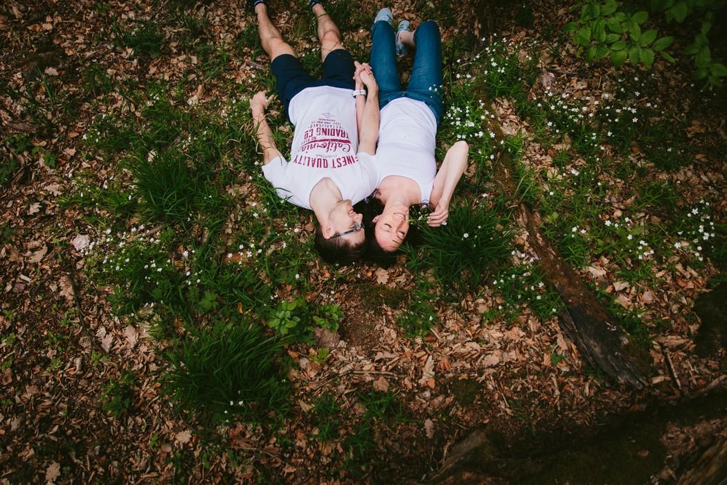 Snoubenci leží v lese