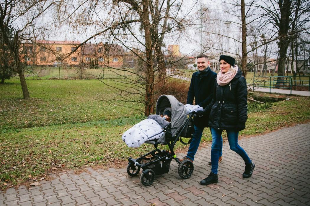 Máma s tátou na procházce s kočárkem