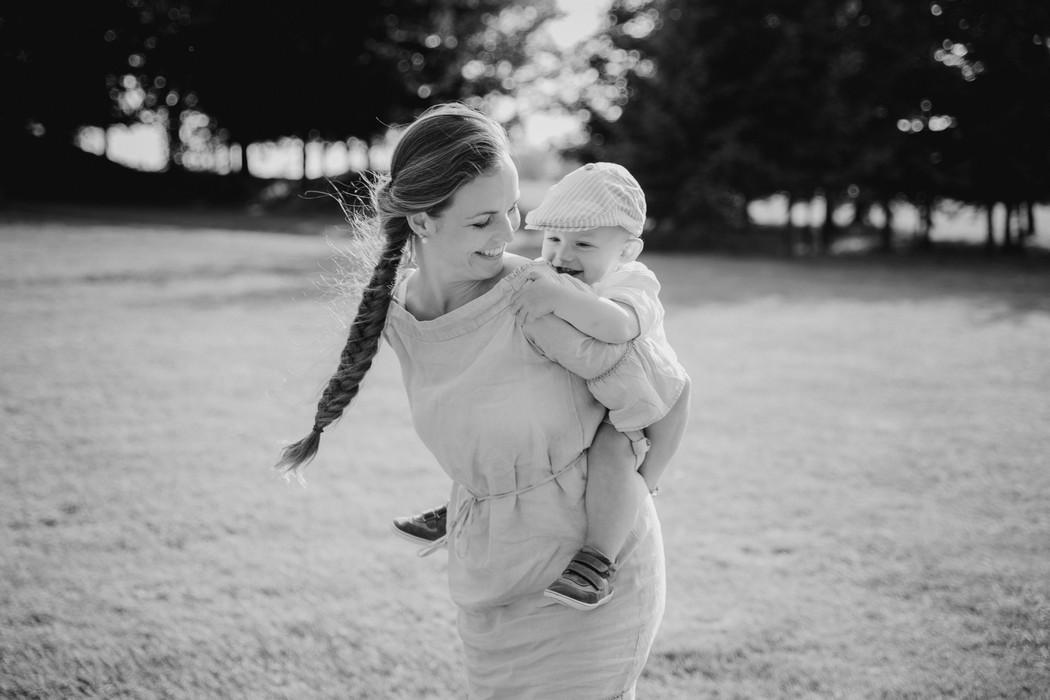 maminka nese syna na chrbátě