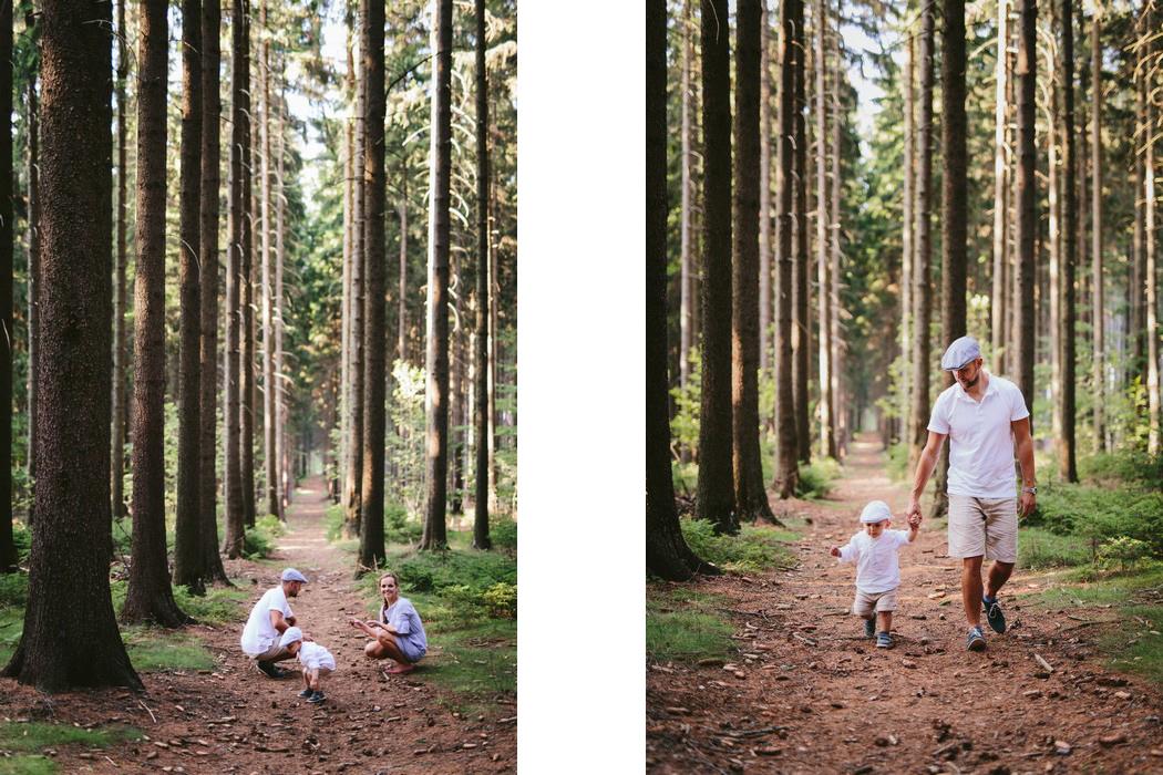 rodina se prochází lesem
